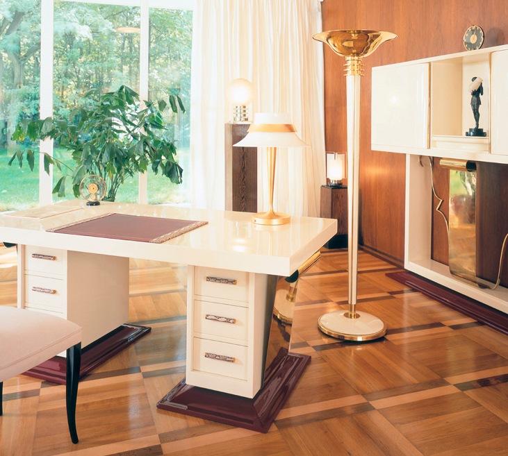 Schreibtisch und Stehleuchte